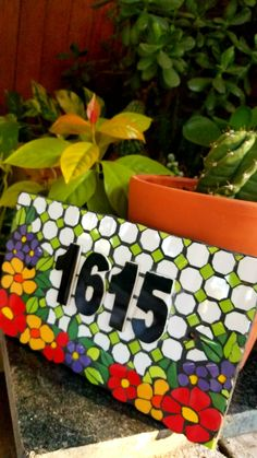 #mosaico #jardín #azulejos #colores #número #home #deco Mosaic Vase, Mosaic Tiles, Mosaic Projects, Projects To Try, Pet Memorial Stones, Tile Crafts, Mosaic Patterns, House Numbers, Garden Crafts