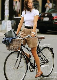 These are a classic, retro-style burmuda-length short that actually fit well and. - These are a classic, retro-style burmuda-length short that actually fit well and flatter my bottom - Outfits 80s, Mode Outfits, Short Outfits, Summer Outfits, Fashion Outfits, 90s Outfit, Mode Shorts, Retro Mode, Cycle Chic