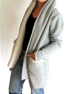 *LANGEOOG Schalkragenjacke*  Diese Jacke lädt so richtig zum Hineinkuscheln ein. Sie hat einen breiten Schalkragen, wird in der vorderen Mitte übereinander geschlagen und mit einem Gürtel...