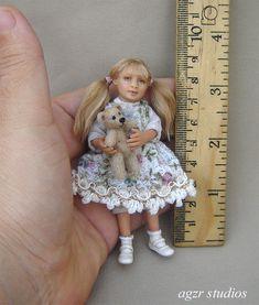 OOAK 1:12 Dollhouse Miniature Doll Girl Child Baby Poseable Handmade Realistic | eBay (this lovely little girl is called Colleen) Dollhouse Dolls, Miniature Dolls, Dollhouse Miniatures, Dollhouse Interiors, Victorian Dollhouse, Tiny Dolls, Cute Dolls, Felt Dolls, Doll Toys