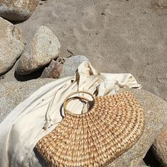 Woven Handbags are the summer accessory that I can't live without. This trendy item is super easy to find. Beach Day, Summer Beach, Summer Vibes, Men Summer, Summer Hats, Beige Outfit, Types Of Purses, Summer Dream, Style Summer
