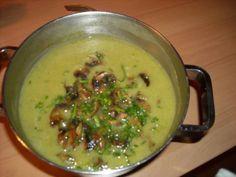 Romige broccolisoep gevuld met roomkaas en gebakken champignons. Weer eens iets anders.
