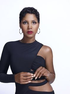 "Toni Braxton flashes her ring after engagement to Birdman: ""He did well"". Toni Braxton says fiance Birdman ""did well"" with his choice of engagement ring. American Music Awards, Short Pixie, Short Hair Cuts, Pixie Cuts, Toni Braxton Babyface, Tamar Braxton, Beautiful Black Women, Beautiful People, Beautiful Eyes"