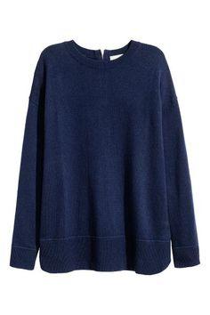 Cienki sweter: Cienki sweter z miękkiej dzianiny z domieszką wełny. Obniżone ramiona, z tyłu widoczny suwak. Rękawy i dół ze ściągaczem.