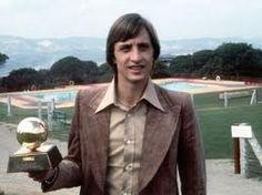 Johan Cruyff con uno de sus tres Balones de Oro