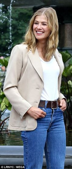 Rosamond Pike, 50 Fashion, Womens Fashion, Fashion Styles, Business Casual Jeans, Wide Leather Belt, Jeans Style, Celebrity Style, Celebrities