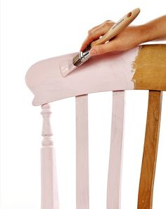 The Internet is replete with many tips for painting furniture, many of which we use to breathe life into the old chest of drawers, chairs, frames and much more. Retro Furniture, Paint Furniture, Furniture Making, Furniture Makeover, Decor Home Living Room, Diy Home Decor, Diy Interior Painting, Old Chest, House Inside