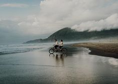 This beach shoot looked straight out of an indie film.and two darling lovers. Bike Photography, Couple Photography, Cute Couples Photos, Beach Shoot, Contemporary Photography, Oregon Coast, Best Photographers, Couple Shoot, Cover Photos