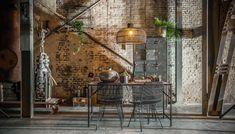 Deze Elements eettafel van One World Interiors is een waar pronkstuk in je interieur. Het tafelblad is gemaakt van hout uit oude historische herenhuizen in India. Het hout is gezandstraald tot de natuurlijke kleuren en structuur van het hout zichtbaar werden. Door het gerecyclede hout is elk tafelblad een uniek exemplaar. Het onderstel is gemaakt van stevig metaal.