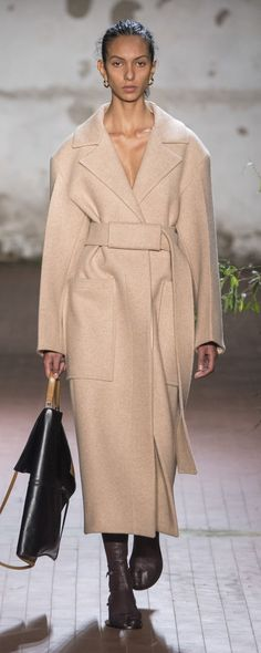 Jil Sander Fall-winter – Ready-to-Wear – www.c… – ©Imax… Jil Sander Fall-winter – Ready-to-Wear – www.c… – ©ImaxTree Winter Mode Outfits, Winter Fashion Outfits, Autumn Winter Fashion, Fall Winter, Outfit Winter, Trendy Outfits, Girl Outfits, Fashion 2020, High Fashion