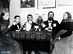 Min tipoldemor Bodil Zacharias Weichardt 1817-1904 med hendes datter Caroline Wilhelmine Weichardt 1849-1934 gift med Anders Christensen Kastrup 1850-1920. Og deres 2 sønner Zacharias Johan 1884-1971 og Christen 1885. Min tipoldemor er iført amagerdragt. Billedet er fra 1902-1904. Dragør
