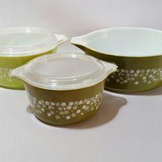 Set of 3 vintage pyrex casserole dishes