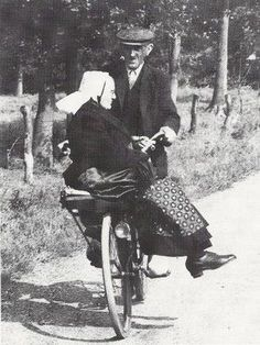 Lovely Vintage Photos of Couples Riding a Bicycle Old Pictures, Old Photos, Growing Old Together, Old Couples, Old Love, Jolie Photo, Vintage Photographs, Black And White Photography, Old Things