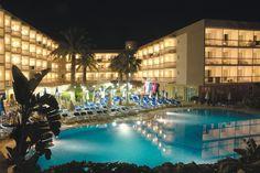 Piscina al anochecer #h10playasdemallorca #playasdemallorca #h10 #h10hotels