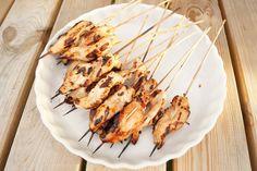 Grillede kyllingespyd med marinade. Møre og saftige indeni og sprøde uden på - med en sød smag af honning.