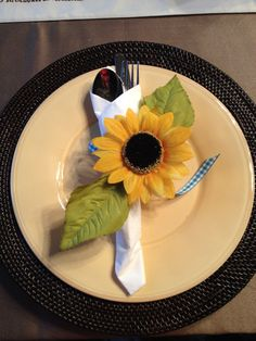 sunflower napkin ring with leaves Sunflower Centerpieces, Napkins, Google, Tableware, Decor, Napkin Rings, Shower Ideas, Weddings, Decoration