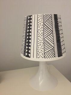 Ikea lampan diy. Inkleuren met zwarte, permanente stift en je hebt een mooie zelfgemaakte monochroom lamp