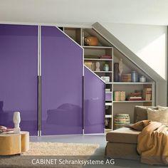 Einbauschrank mit lackiertem, lila Glas unter Dachschräge. Türenprogramm: MILANO