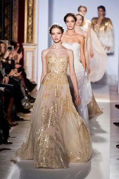 金色のシースルードレス