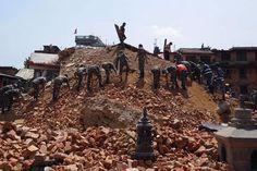 Nepal ist am Dienstag erneut von einem heftigen Beben erschüttert worden. Die Erdstöße der Stärke 7,4 brachten Häuser zum Einsturz.