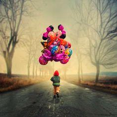 Niño andando con globos - DEF Deco   Decorar en familia