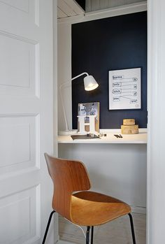 An office nook. Love the print. Office Nook, Home Office Space, Office Decor, Desk Nook, Office Workspace, Gray Interior, Interior Design, Decoracion Vintage Chic, Dream Desk