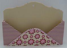 Porta cartas em mdf revestido com tecido e acabamento interno em e.v.a. Decorado com p�rolas.