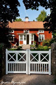 I mitt paradis: Grindar på plats Swedish Cottage, Red Cottage, Cottage Homes, Cottage Style, House With Porch, This Old House, Sweden House, Red Houses, Charming House