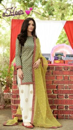 Made in Pakistan lagdi an. Simple Pakistani Dresses, Pakistani Fashion Casual, Pakistani Dress Design, Pakistani Outfits, Indian Outfits, Pakistani Clothing, Stylish Dress Designs, Stylish Dresses, Simple Dresses