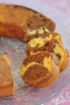 Je vous propose aujourd'hui un bon gâteau parfumé. Je voulais depuis longtemps faire un gâteau marbré au chocolat et à l'orange. Lors de mon premier essai, j'ai mis beaucoup de jus d'orange dans ma pâte et la texture finale était à mon goût trop pâteuse....