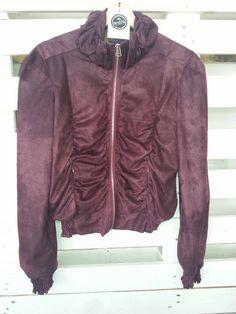 Na (Re)Vestir encontra artigos para senhora de boas marcas a preços muito baixos. Precisa de poupar e rentabilizar a roupa que deixou de servir? Visite-nos em Vila do conde.  #casacos #revestir #secondhand #viladoconde