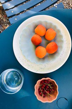 Das schöne Steinzeug-Geschirr von Jars wird nach traditioneller Handwerkskunst hergestellt. Der Mix aus modernen Formen und frischen Farben in matt und glänzend machen es zum besonderen Blickfang. Fruit, Food, Meals