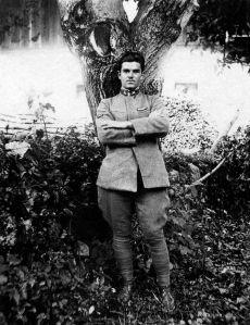 L' intagliatore ittirese Luigi Canu allievo di Eugenio Tavolara. Luigi Canu nasce a Ittiri il primo luglio del 1898 da Giovanni Andrea e Lucia Zinellu, coniugi ittiresi di umile origine