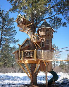 Beautiful Tree Houses, Cool Tree Houses, Treehouse Hotel, Tree House Plans, Tree House Designs, Cabin In The Woods, Cabin Plans, In The Tree, Play Houses