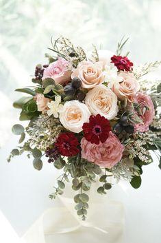 アンティークピンクのバラをシックに束ねたクラッチブーケです。ナチュラルにグリーンもたっぷりに。プリザーブドフラワーショップatelier MOMO Rose Flower Arrangements, Table Flowers, Spring Wedding Flowers, Floral Wedding, Wedding Girl, Dream Wedding, Bride Bouquets, Pretty Flowers, Dried Flowers
