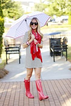 What to wear on rainy spring days, stripes and polka dots with red hunter r Spring Summer Fashion, Spring Outfits, Autumn Fashion, Outfit Summer, Moda Zendaya, Red Hunter Boots, Rainy Day Fashion, Botas Sexy, Boating Outfit