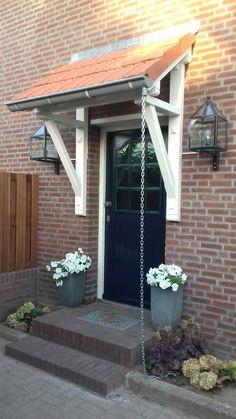 Landelijke voordeur met luifel Porch Swing, Front Porch, Outdoor Furniture, Outdoor Decor, My Dream Home, Canopy, Entryway, Exterior, Doors