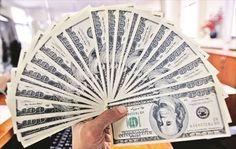 تواصل استقرار سعر الدولار عند 17.59 جنيه للشراء -          استمرت حالة استقرار سعر صرف الدولار مقابل الجنيه المصري في بداية تعاملات اليوم الإثنين حيث سجل 17.59 جنيه للشراء و17.69 للبيع وفق نشرة متوسط سعر الصرف التي يصدرها البنك المركزي. وسجل اليورو الأوروبي مقابل الجنيه المصري 20.73 جنيه للشراء و20.85 للبيع بينما سجل الجنيه الإسترليني 23.20 جنيه للشراء و23.34 للبيع. وعلى مستوى العملات العربية فقد سجل متوسط سعر صرف الريال السعودي 4.69 جنيه للشراء و4.71 للبيع وسجل الدينار الكويتي 58.21 للشراء…