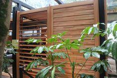 No ambiente do arquiteto David Bastos, um detalhe rústico e funcional – brises de madeira laminada para proteger a estrutura, que também convidam a morar perto da natureza - Casa Cor SP