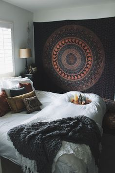 Love this setup.                                                                                                                                                                                 More Bedroom Decor Boho, Boho Teen Bedroom, College Bedroom Decor, Bohemian Bedrooms, Dark Cozy Bedroom, College Apartment Bedrooms, Boho Bed Room, Bedroom Decor Natural, Wall Decor Boho
