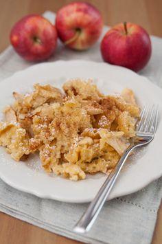 Apfel Grießschmarren, vor allem warme Süßspeisen sind im Winter sehr gefragt, so wie dieser Apfel Grießschmarren. mit einem fluffigen Teig und mit einem feinen Duft. Der Apfel Grießschmarren ist der kleine Bruder des #kaiserschmarren. Früher wurden Schmarrengerichte als Hauptspeise gereicht. #mehlspeisfräulein #mehlspeise #dessert #schmarrn #grießschmarrn #foodheaven #süßigkeiten #süßspeise #photooftheday #schmarrengerichte Risotto, Macaroni And Cheese, Curry, Chicken, Ethnic Recipes, Food, Winter, Ancient Recipes, Kaiserschmarrn