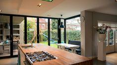 verbouwing-woonhuis-Breda-met-grote-woonkeuken-zicht-op-tuin