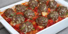Gode oksefrikadeller krydret med hvidløg, persille og chili. Steges i ovnen med rustikke grøntsager og tomatsovs - altsammen i samme fad, så det er super nemt.