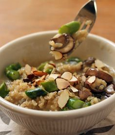 Pressure cooker brown rice risotto with asparagus, mushrooms and toasted almonds {vegetarian, gluten-free} Pressure Cooker Brown Rice, Instant Pot Pressure Cooker, Pressure Cooker Recipes, Pressure Cooking, Slow Cooker, Brown Rice Risotto Recipe, Vegetarian Recipes, Cooking Recipes, Cooking Games