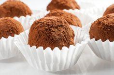 Aprende a preparar trufas de galleta María con chocolate con esta rica y fácil receta. Tritura los dos paquetes de galletas María, con el mortero o una batidora. En...