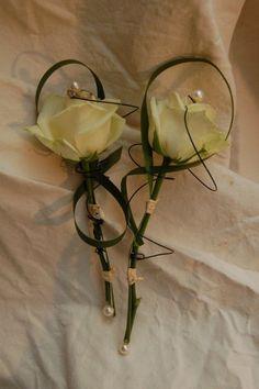Boutonniere avec des roses blanches