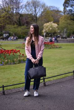 Lucía Peris wearing frayed jeans from Mango, basic t-shirt from Zara, Topshop pink bomber jacket, Michael Kors bag, Topshop white sneakers, and Aristocrazy watch (midilema.com)