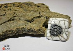 Anello in ceramica raku bianco e nero quadrato  di RAKULAB su Etsy