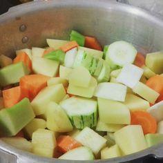 Sopa: abobrinha, chuchu, cebola, batata e cenoura cozidas com um bouquet de alho, pimenta do reino, salsa, noz moscada e folhas de louro.