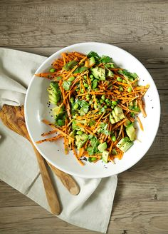 Ginger citrus carrot salad with edamame and avocado, sprinkles with black sesame seeds // Top 25 Raw Vegan Dinner Recipes. Raw Vegan Dinners, Vegan Dinner Recipes, Raw Food Recipes, Salad Recipes, Vegetarian Recipes, Breakfast Recipes, Delicious Recipes, Vegetable Recipes, Vegan Food